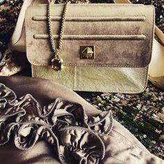 De Marquet - Raffaella Iten Metzger : today is a gold and taupe look with a sequin skirt, a ruffled blouse and a Night&Day bag in matching colors. Matching Colors, Be The Boss, Day Bag, Day For Night, Michael Kors Hamilton, Boss Lady, Taupe, Sequin Skirt, Ruffle Blouse