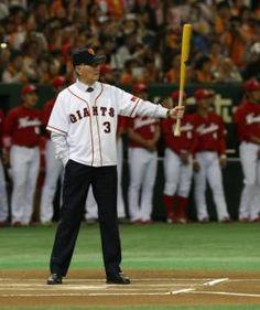 国民栄誉賞を受賞の長嶋茂雄。始球式にて、麻痺が残るため左手だけでバットを握る