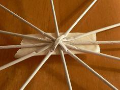 Podľa veľkosti kužeľa zvolíme počet osnov, pri menšom stačí 12, pri väčšom počet osnov zvýšime tak, aby rozdiel  medzi osnovami bol maximálne 1,5 až 2 cm. Ceiling Fan, Christmas Diy, Weaving, Paper, Creative, Crafts, Decor, Recycled Magazine Crafts, Paper Strips