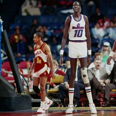 Spud Webb (l) and Manute Bol, shortest and tallest players in NBA at the time. Nba Basketball, Basketball Pictures, Love And Basketball, Basketball Legends, Nba Pictures, Kentucky Basketball, Kentucky Wildcats, Manute Bol, Spud Webb