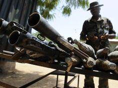 2013 - Baga, Nigeria, 25 de abril de 2013 -  Un soldado, junto a las armas y municiones recuperadas de los insurgentes islámicos durante un enfrentamiento en la ciudad remota de Baga, al noreste de Nigeria. El país viene sufriendo luchas entre las tropas nigerianas y el grupo insurgente islámico Boko Haram.