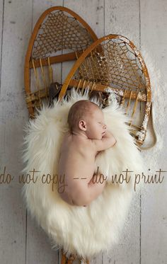 Oh so cute snow shoes! Newborn Baby Photography, Photography Props, Newborn Photo Props, Newborn Pictures, Baby Pictures, Baby Photos, Winter Family Photos, Baby Christmas Photos, Winter Newborn
