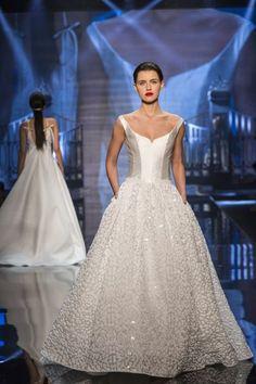 f1b4b8ac3 33 vestidos de novia cuello redondo 2019  elegancia y jovialidad para tu  gran día
