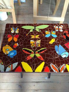 Mesa en mosaico con aplicaciones en cobre