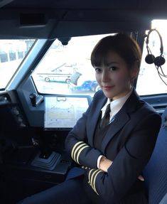 【China】 Tibet Airlines pilot / チベット航空 (西藏航空) パイロット 【中国】 Asian Woman, Asian Girl, Happy Flight, China Today, Airline Uniforms, Female Pilot, Dating Girls, Girls Uniforms, Cabin Crew