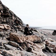 Hiking on the beach 🌊 New post on blog blog, discover the lovely Cote d'Opale 😀Link in bio  Happy evening babes 💋 . Nouveau post sur le blog, je vous emmène à la découverte de notre jolie côte - lien dans la bio 😀 Belle soirée 💋 . #littlebohotravel #