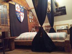 Chambre des maîtres. Curtains, Rustic, Home Decor, Bedroom, Country Primitive, Blinds, Decoration Home, Room Decor, Retro