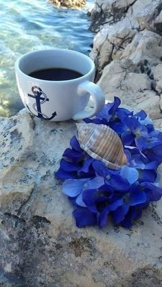 Drink Delectable Coffee With These Tips And Tricks - Ultimate Coffee Cup Coffee Vs Tea, Brown Coffee, Coffee And Books, Coffee Is Life, I Love Coffee, Coffee Cafe, Best Coffee, Coffee Drinks, Good Morning Coffee