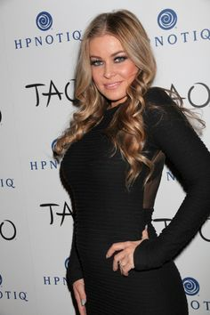 Carmen Electras wavy, blonde hairstyle