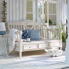 Weiße, wettergegerbte Möbel, viele Naturmaterialien und blaue Farbtupfer - das macht den Maritimen Landhausstil aus. Bild: Loberon