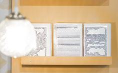 Lancée fin 2015, la marque Atelier Mouti est un appel à la rêverie et à la poésie. La créatrice, Melissa Paszkiewicz, a su créer un monde enchanteur fait de papiers peints et d'articles de papeterie imprimés en thermo-relief.    En passant par la rue Damrémont située au pied de la butte Montmartre, nos pas s'arrêtent instantanément devant
