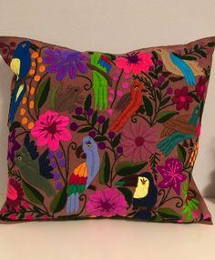 Ein persönlicher Favorit aus meinem Etsy-Shop https://www.etsy.com/de/listing/487989807/mexican-hand-embroidered-cushion-cover