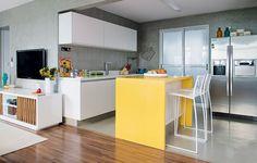 ..Que tal eliminar a divisão entre sala e cozinha? Esta divisão pode ocorrer através dos pisos! #ficaadica #inspiração #homedecor