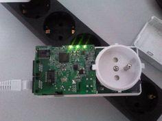 Ein Netgear Powerline - Adapter offen im Test.