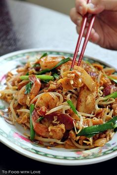 Char Kuay Teow with sweet soy  If you know and love Malaysian food, then Char Kuay Teow needs no introduction. In terms of popul. Malaysian Cuisine, Malaysian Food, Malaysian Recipes, Asian Recipes, Healthy Recipes, Ethnic Recipes, Asian Desserts, Pasta China, Malay Food