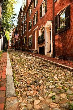 Cobblestone lane in the Beacon Hill neighbourhood in Boston, MA