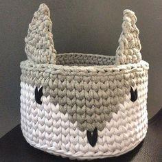 BOM DIA〰〰 #handmade #feitoamao #crochet #crochê #detalhes #cestos #basket #fiodemalha #trapillo #ganchillo #totora #decor #decoraçãoinfantil #criativo #quartodemenino #quartodemenina #yarn #knitting