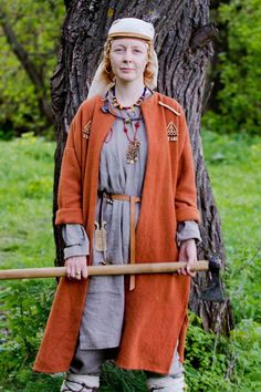 Реконструкция женского костюма племени меря (центральная), 10 век. Включает в себя льняную рубашку, штаны и верхнюю шерстяную распашную одежду. Наличие штанов, необычное для женского костюма, обусловлено распространенным у мери культа коня и связью с ним женщин, которые, вероятно, ездили верхом. Многочисленные бронзовые украшения, объясняются развитостью у мери литейного ремесла, которым, в основном, занимались именно женщины. Все детали костюма, и бронзовые, и костяные, реконструированы