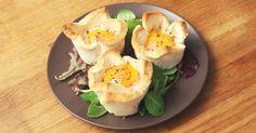 Voici une recette qui en fera saliver plus d'un ! Gourmands et pourtant d'une grande simplicité, ces croque-Madame façon muffins vont vous séduire ! Réalisables en cinq minute...