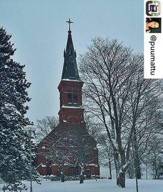 Sipoon uusi kirkko talvimaisemassa. Sibbo nya kyrka i vinterlandskap. #muistojennikkilä  Kiitos kuvasta @puumattu - #sipoonkirkko #talviaamu #nikkilä #luminen #maisema #church #wintermorning #snowy #landscape #finnishmoments #finland_photolovers