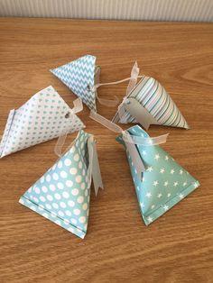 Pochons, contenants berlingots bleus pour dragées en papier cartonné (prix dégressifs)