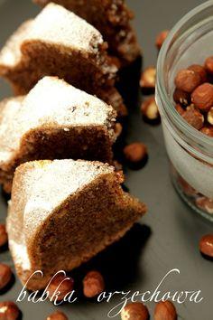 .Panino sensazionale. Mięciutka, umido, con quei piccoli pezzi di arachidi, che sono campione così bello ... Vi consiglio di provare prima di Pasqua - facile da preparare e non in pericolo di spot prima;). Idealmente, ha un sapore un bicchiere di latte. Ricetta è tratta dai miei appunti vecchio.  Ingredienti:  250 g di burro o margarina  mezzo bicchiere di acqua  1 tazza di zucchero (può essere colmo)  1 zucchero vanigliato - 16 g  1 tazza di farina  1 tazza di nocciole macinate (o altro)  3…