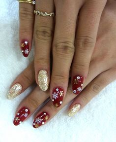 Nägel winter A nice manicure for the holidays? As usual, Manicure & Beauty does not hesitate to shar Red And Gold Nails, Gold Glitter Nails, Red Nails, Red Glitter, Golden Glitter, Sparkle Nails, Christmas Nail Designs, Christmas Nail Art, Gold Christmas