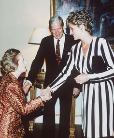 Juin 1993: Is this Margaret Thatcher curtseying?