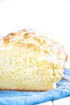 GeDie Brioche ist das französische Pendant zum österreichischen Striezel und zum deutschen Hefezopf. Sie enthält deutlich mehr Butter als diese beiden und ist daher unfassbar flaumig und zart. Eine geflochtene Butter-Brioche ist für mich das beste selbstgemachte Hefegebäck, das es gibt. Ich backe sie jedes Jahr zu Ostern anstelle des österreichischen Osterbrotes, das eben ein Striezel ist – weil ich es lieber buttrig habe. Butter Brioche, Croissant, Vanilla Cake, Desserts, Food, Challah, Eat Clean Breakfast, No Sugar, Tailgate Desserts
