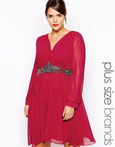 2a5fabbe94d96 J adore cette jolie Robe rouge framboise grande taille par Little Mistress  Plus Modèle en mousseline Doublure intégrale Encolure en V coupe cache-cœur  Bande ...