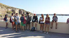 Il gruppo di ragazzi del #camposcuola in attesa di iniziare le attività in #barca a #vela seguiti dai nostri collaboratori e dal capo istruttore Rodolfo.