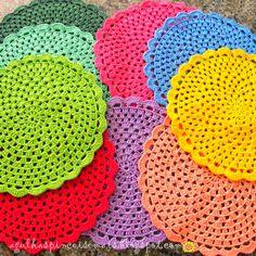 Needles and Brushes: Sousplat crochet Crochet Diy, Crochet Home, Love Crochet, Crochet Motif, Crochet Doilies, Crochet Flowers, Crochet Stitches, Crochet Placemats, Crochet Potholders