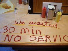 """Con ketchup y mostaza: """"Esperamos 30 mins y no hubo servicio""""....Awesome!."""