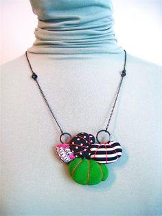 OLIN.K* Textile Jewelry Collier en tissu. Petits nuages et perles textiles rembourrés montés sur chaînette métallique.