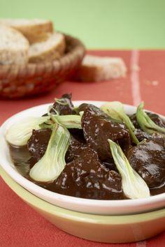 Ingredience: kančí maso 750 gramů (z kýty nebo plece), cibule 200 gramů, slanina 100 gramů, víno červené 5 decilitrů (sladké), rajčatový protlak 4 lžíce, zavařenina rybízová 3 lžíce, cukr 2 lžíce, paprika sladká 2 lžíce (mletá), mouka pšeničná hladká 20 gramů, ocet 1 lžíce, vývar (na podlití), bobkový list 1 kus, nové koření 5 kuliček, kmín (mletý), pepř černý (mletý), sůl. Korn, Pudding, Halloween, Cooking, Health, Ethnic Recipes, Desserts, Kitchen, Tailgate Desserts