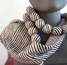 COLLIER FOULARD en tissu imprimé blanc et noir avec perles de ouatine : Collier par akka-accessoires