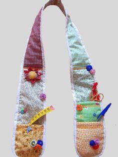 A chatelaine é um cachecol utilitario. Bastante usado por costureiras, mas util em qualquer oficina de artesanato. Possui um alfineteiro e bolsos para acomodar tesouras, fitas métricas, canetas, etc.Curiosidade: é uma peça utilizada desde a idade média.A tesoura,caneta,alfinetes e fita, são peças ilustrativas, não acompanham o produto. R$ 37,00