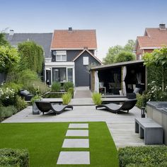 Moderne tuin - a pleasingly proportioned garden with contemporary garden furniture.