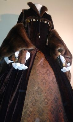 Tudor dress. Love the fur, the collar and the color!!!