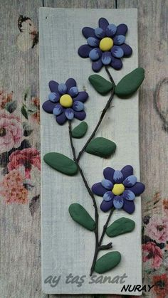 diy - colored stones , pallet and hot glue ..... blue flowers - wall decor