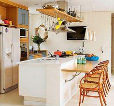 paneleiro sobre o balcão integrado com a coifa e servindo como prateleira para decoração