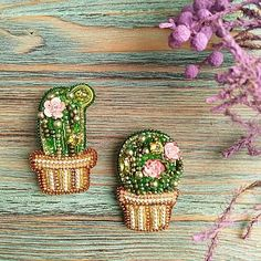 Hand Embroidery Patterns Flowers, Embroidery Flowers Pattern, Fabric Flower Brooch, Fabric Flowers, Bead Embroidery Jewelry, Beaded Embroidery, Beaded Brooch, Brooches Handmade, Bead Jewellery