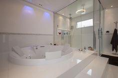 Banheiro de luxo com hidromassagem redonda Projeto de Sandra Sanches House Design, Luxury Bathroom, Living Room Design Diy, Black Bathroom, Trendy Bathroom, Bathroom Design, Luxury Exterior, Luxury Bath, Cozy Room Decor
