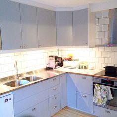 Stommarna och luckorna är från Ikea (veddinge grå). Beslag från tradera och byggvaruhuset. Bänskskiva, perstorp virrvarr med teakkant och rostfri diskbänk är måttbeställd från Agelito. Kitchen Decor, Kitchen Inspirations, Ikea Hack Kitchen, Home Decor Kitchen, Kitchen Cabinets, Kitchen Colors, Small Kitchen, Kitchen, Kitchen Projects