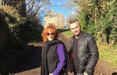 COUNTRY music star Reba McEntire showed she was Outlander's fan after taking a trip to Jamie Fraser's home. The Sam Heughan fan took a break from her gigs at Glasgow's Country… Outlander 3, Outlander Casting, Sam Heughan Outlander, Scotland Country, Reba Mcentire, Men In Kilts, Country Music Stars, Jamie And Claire, Promotional Events