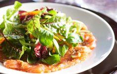 Itämainen lohicarpaccio maustetaan soijakastikkeella, inkiväärillä ja valkosipulilla. Tämä annos sopii hyvin alkupalaksi. Pidä lohifileetä pakastimessa runsas tunti. Leikkaa kohmeinen filee ohuiksi viipaleiksi. Kuori ja murskaa valkosipulinkynsi. Kuori ja raasta inkivääri. Sekoita keskenään kaikki marinadin aineet ja voitele tarjoiluastia tai lautaset marinadilla. Levitä lohiviipaleet päälle ja voitele viipaleet lopulla marinadilla. Anna maustua vähintään puoli tuntia. Kuori …