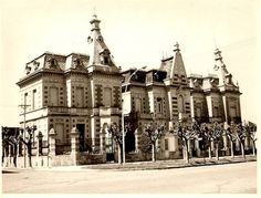 Casas de Veraneo en Mar del Plata, aun subsiste el chalet de la esquina Historical Architecture, Vintage Architecture, Geography, South America, Big Ben, Villa, Street View, World, Building