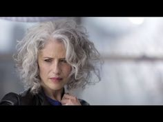 Oh my god. This silver hair style is all my dreams come true. Soft curls and bea… Oh my god. This silver hair style is all my dreams come true. Soft curls and beautiful hair tones. Grey Curly Hair, Silver Grey Hair, Short Curly Hair, Curly Hair Styles, Pelo Color Plata, Second Day Hairstyles, Soft Curls, Great Hair, New Hair