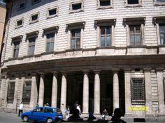 Palacio Massimo, Roma Italia : arquitectura manierista es aquella fase de la arquitectura europea que se desarrolló entre 1530 y 1610, es decir, entre el final de la arquitectura renacentista y el comienzo de la barroca.foto de claudia lara