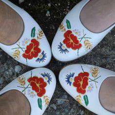 Slippers, Fashion, Moda, Sneakers, Fashion Styles, Slipper, Fashion Illustrations, Fashion Models